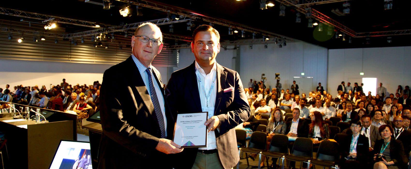 Dr. Breyer wird für das Düsseldorfer Schema der Videoaward der Europäischen Augenchirurgen verliehen.