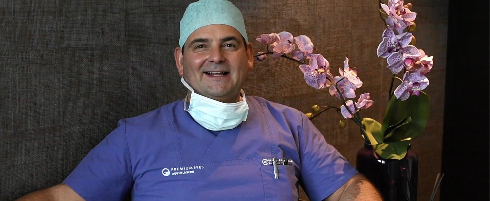Augenarzt Dr. Detlev Breyer in seiner Praxis am Tag seiner Augenlaser-OP.