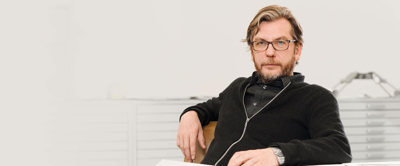 Thomas Ruff sitzend