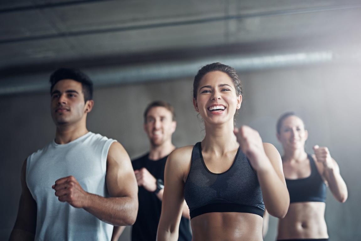 Sportgruppe beim Workout im Gym.