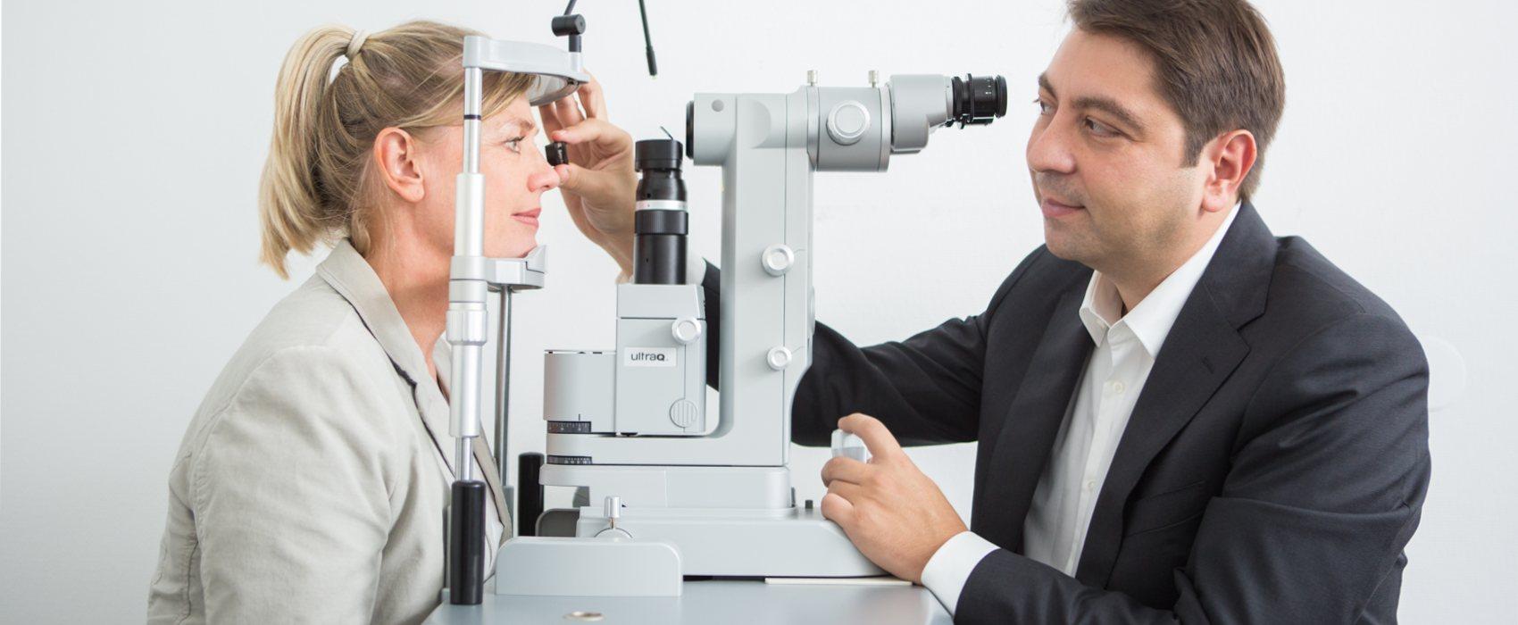 Patientin und Dr. Kaymak am Ultra-Q-Laser.