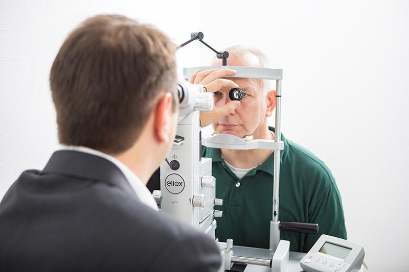 Dr. Kaymak führt eine Lasertherapie durch.