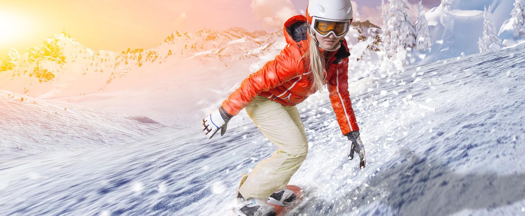 Snowboarderin am Hang.