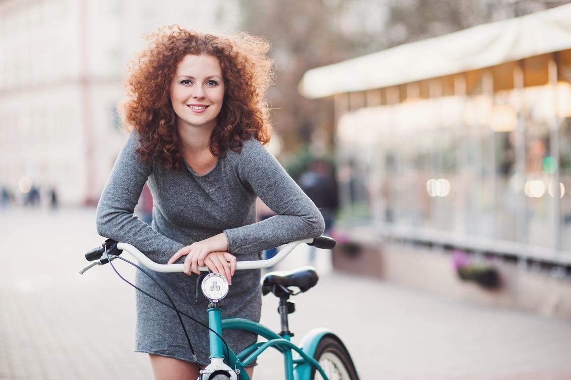 Junge Frau mit Fahrrad.