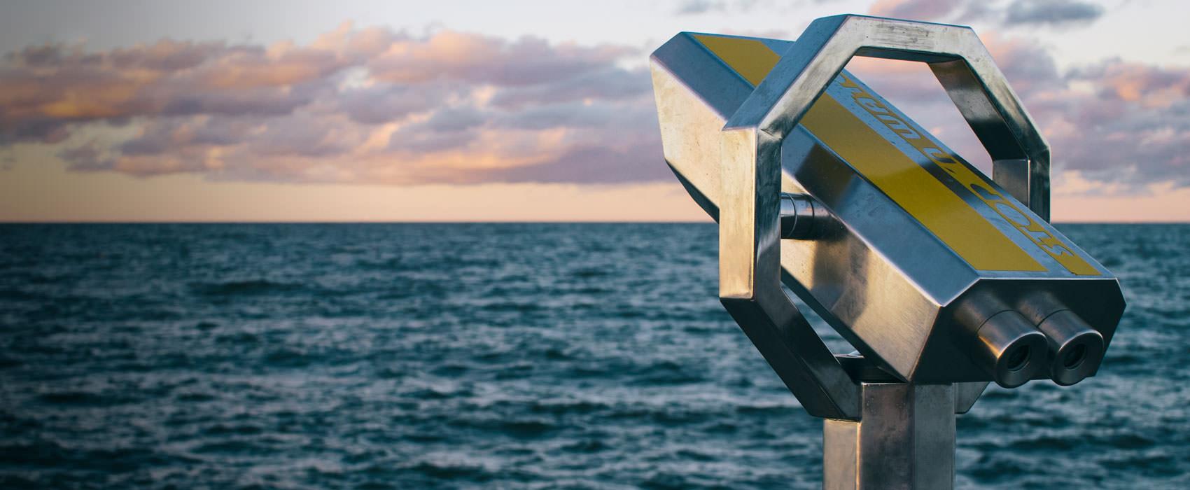 Fernglas am Meeresufer