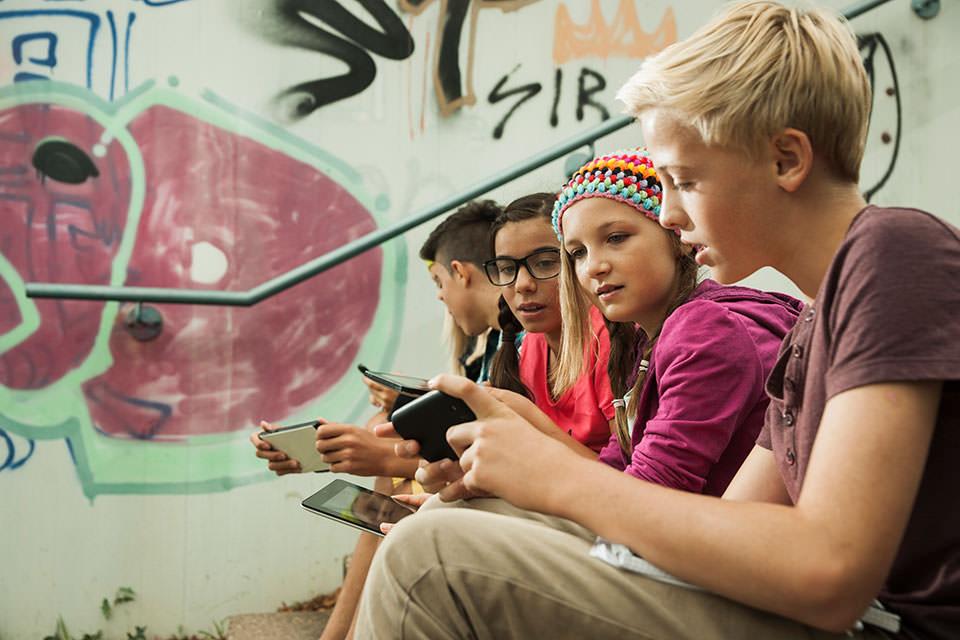 Jugendliche nutzen Smartphones und Tablets