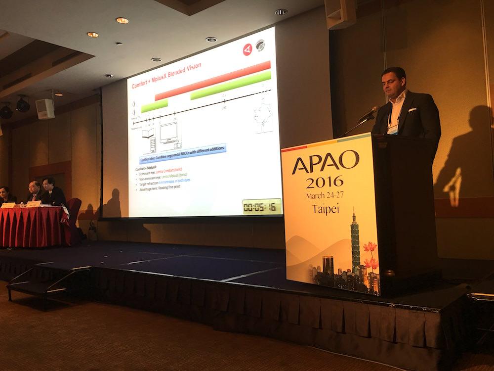 Dr. Breyer am Rednerpult beim APAO-Kongress