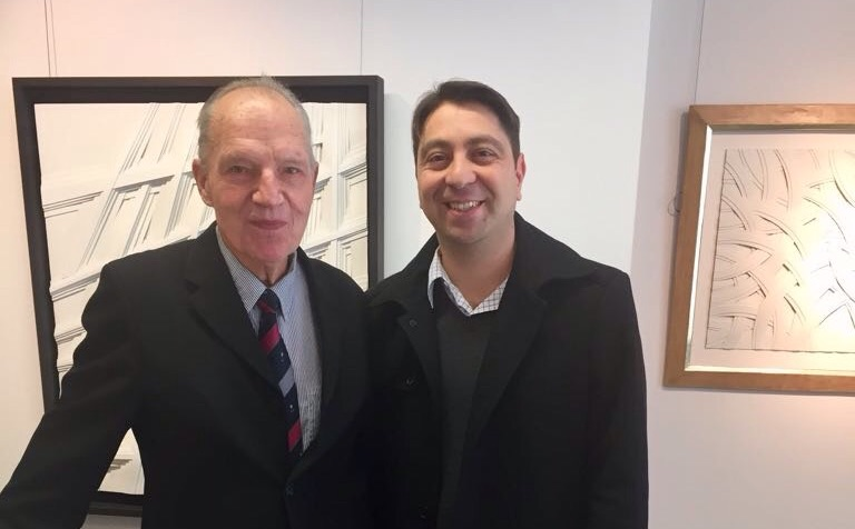 Lothar Guderian mit Dr. Hakan Kaymak in der Ausstellung seiner Werke in Düsseldorf.