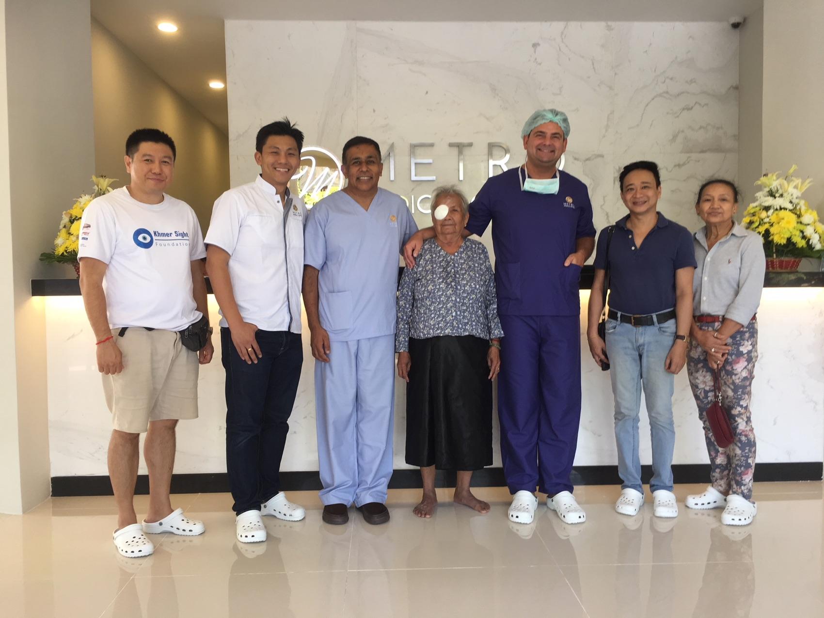V.l.n.r.: Zwei Mitarbeiter der Khmer Sight Foundation, Prof. Sunil Shah, eine Patientin aus Phnom Penh,  Dr. Detlev Breyer, Prinz HRH Tesso Sisowath und Prinzessin Sita Norodom von der Khmer Sight Foundation.