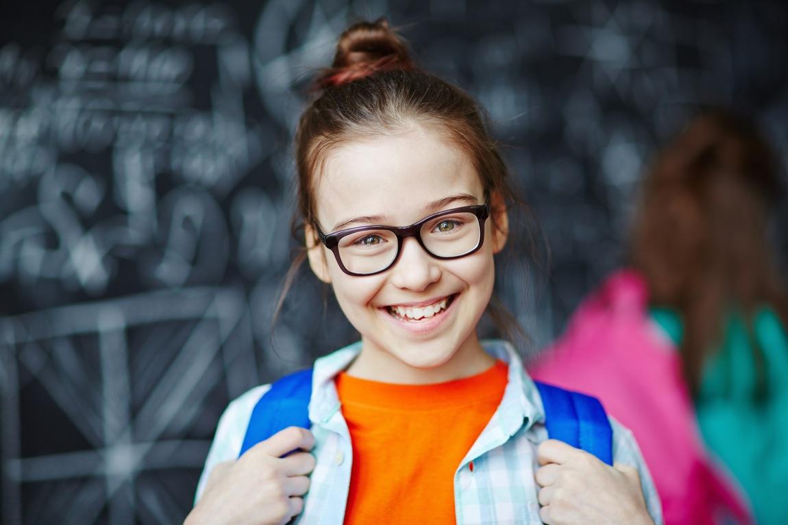 Schulmädchen mit Brille.