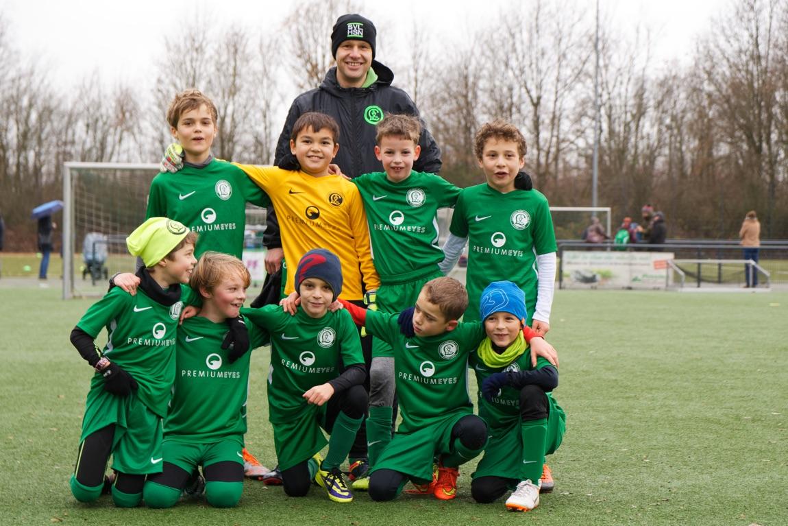 Mannschaftsbild der Junioren F2 mit Trainer Benjamin Gust von Loh.