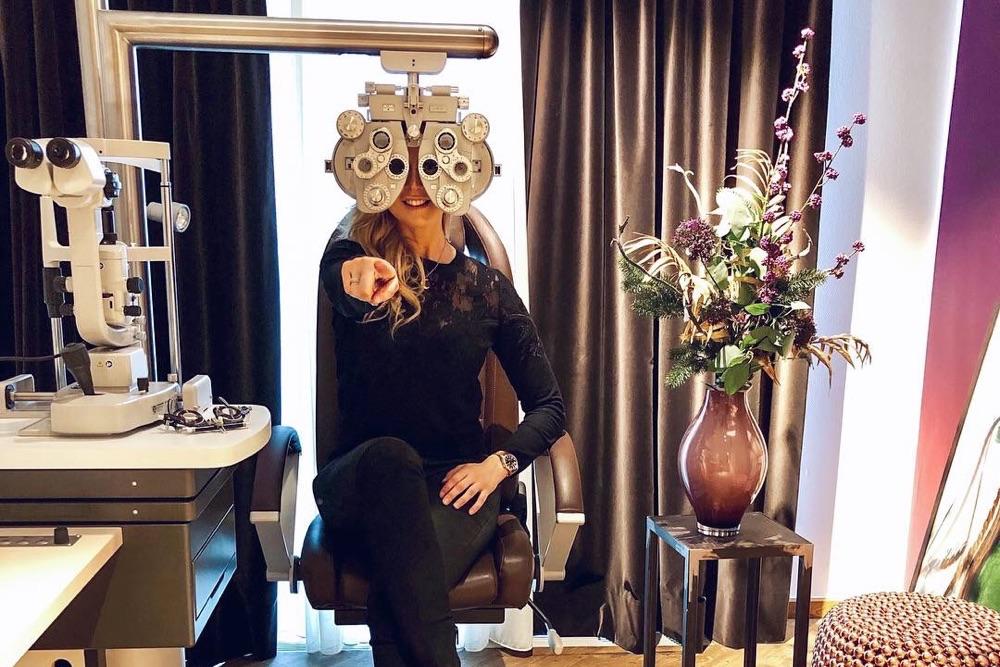 Nina Ensmann in der Praxis von Dr. Breyer vor ihrer Augenlaser-OP.