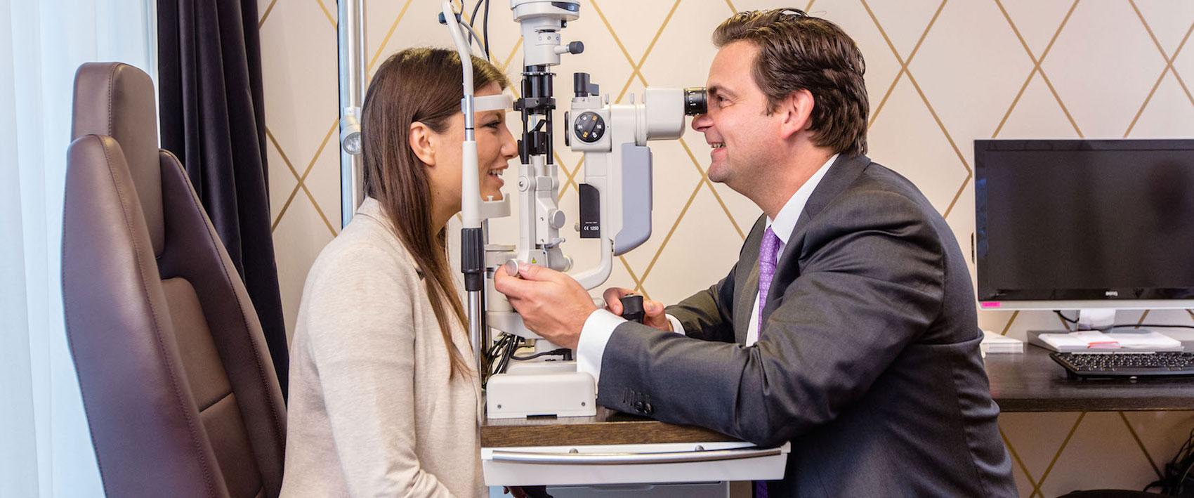 Dr. Breyer bei einer Untersuchung mit einer Patientin.