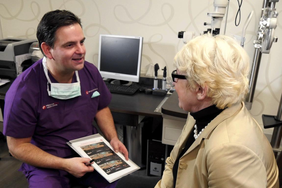 Dr. Breyer erläutert einer Patientin die Unterschiede in der Sehqualität mit Premiumlinsen.