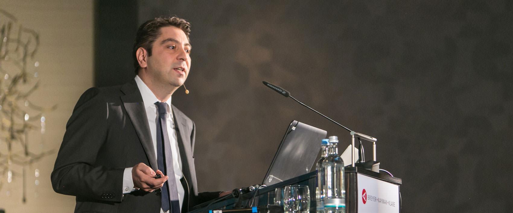 Dr. Kaymak als Referent während eines Vortrags
