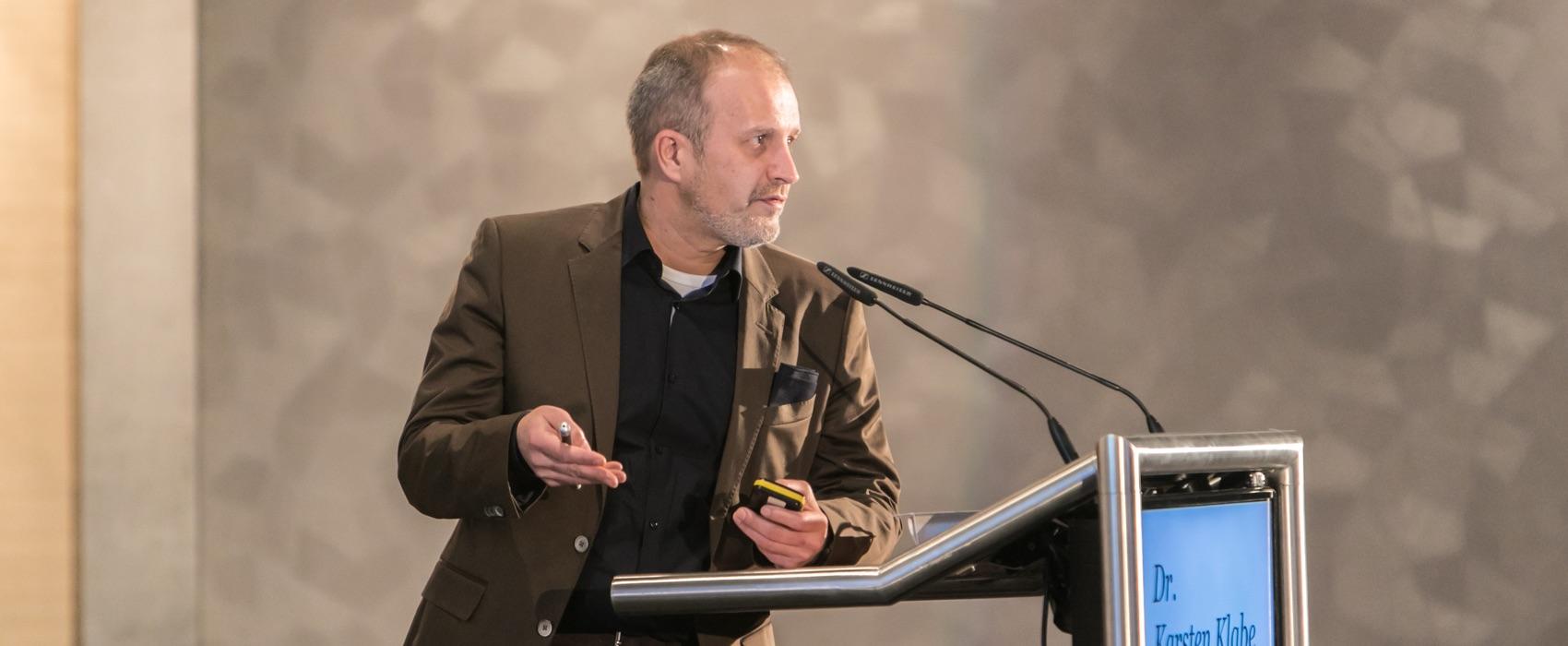 Dr. Karsten Klabe beim Vortrag.