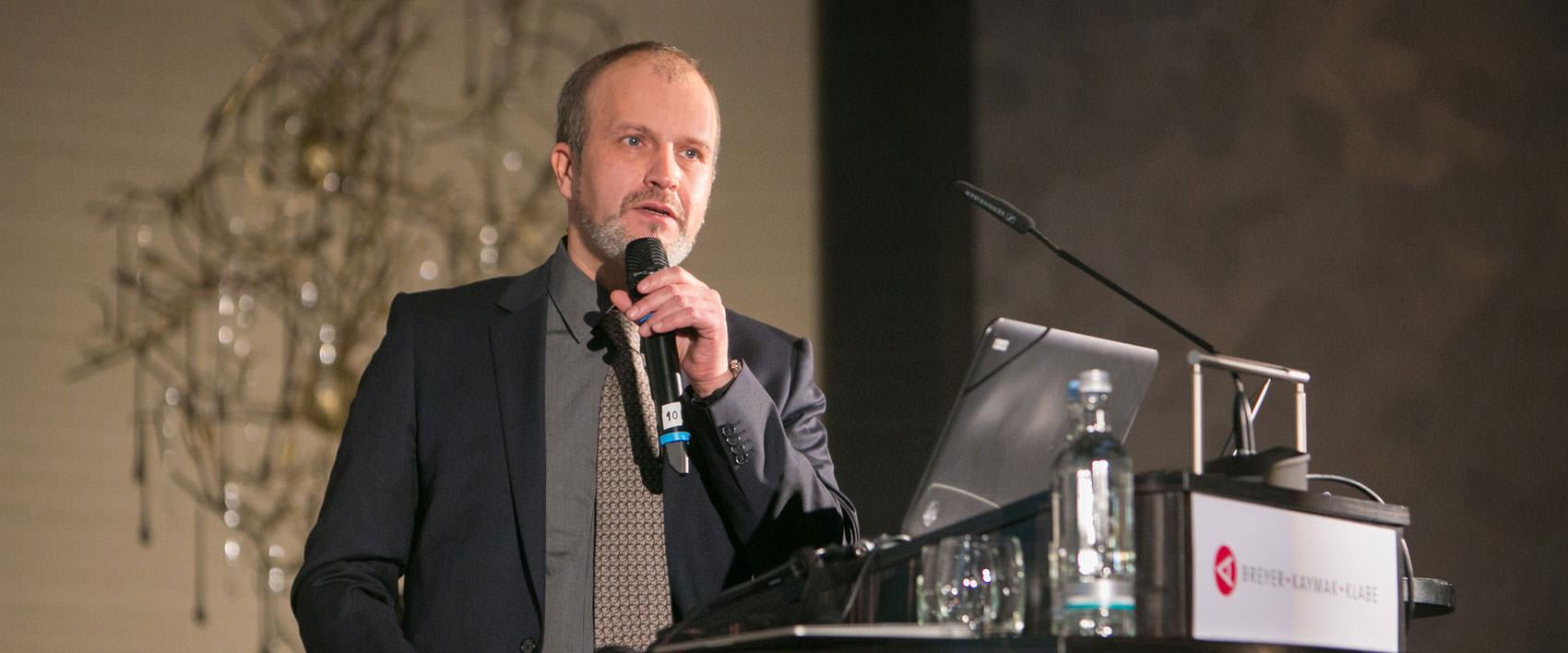 Dr. Klabe bei einem Vortrag.