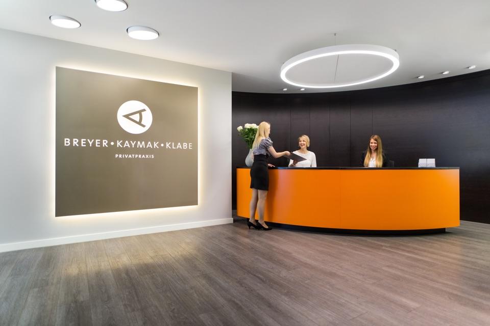 Am Empfang der 4. Etage unserer Augenarztpraxis.