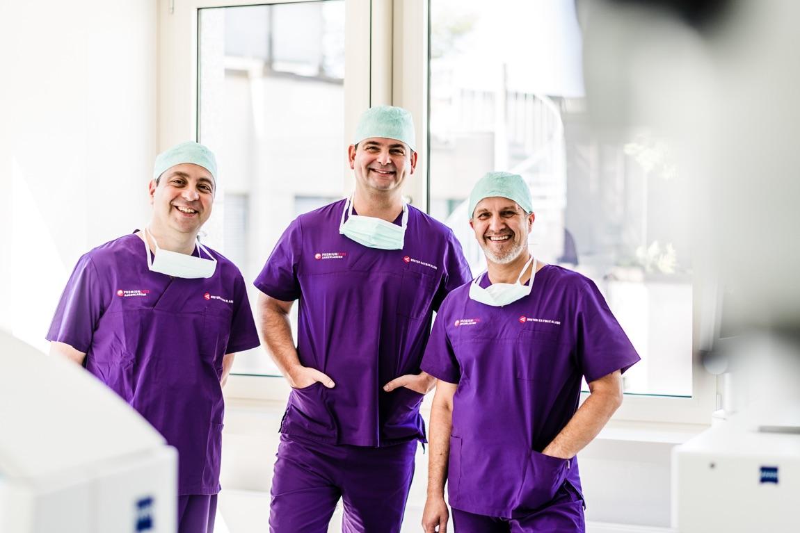 Dr. Kaymak, Dr. Breyer und Dr. Klabe im OP-Anzug.