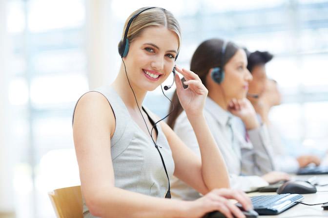Lächelnde Telefonistin mit Headset