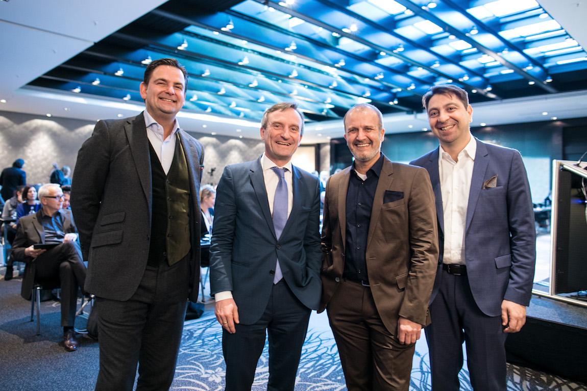 Dr. Breyer, Düsseldorfer Oberbürgermeister Thomas Geisel, Dr. Klabe und Dr. Kaymak beim Innovationssymposium 2017 in Düsseldorf.