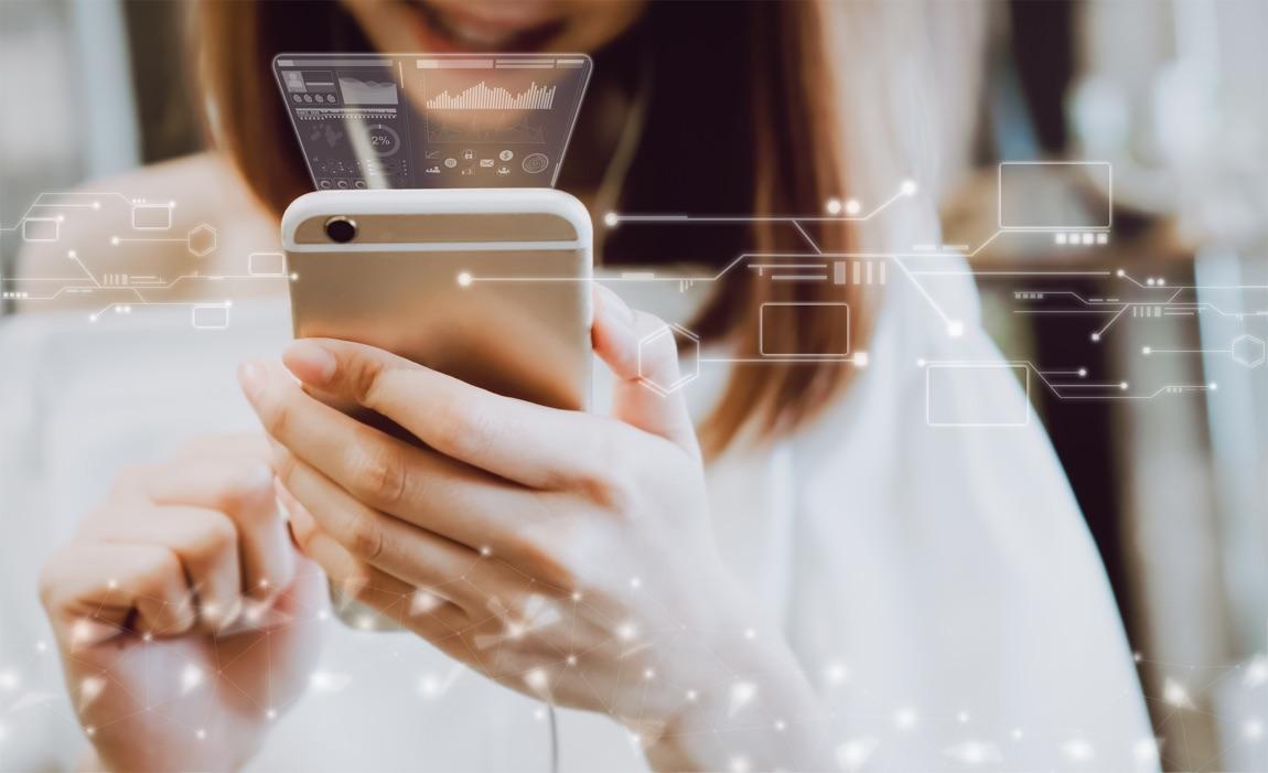 Frau mit Smartphone, die Übertragung von Daten ist graphisch angedeutet.