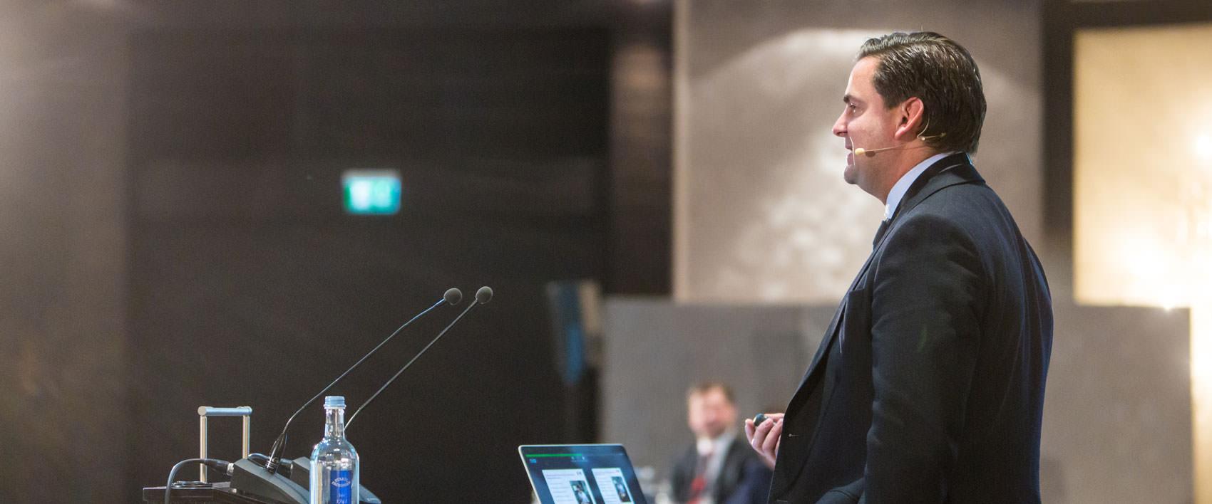 Dr. Breyer beim Vortrag