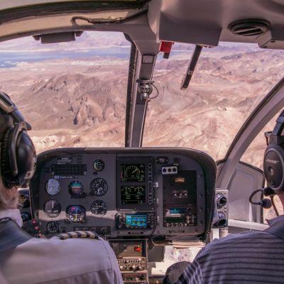 Berufspiloten im Cockpit.
