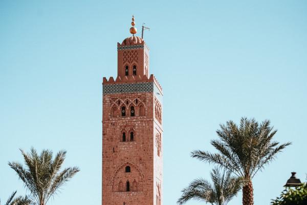 Blick auf einen Turm der größten Moschee von Marrakech.