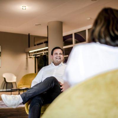 Foto des Interviews von Dr. Detlev Breyer mit der Redakteurin der Rheinischen Post Brigitte Pavetic.