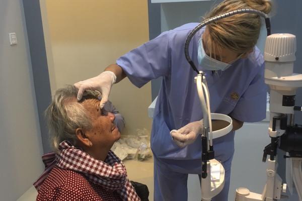 Dr. Anitra Breyer-Pacurar untersucht eine Patientin
