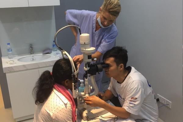 Dr. Anitra Breyer-Pacurar gibt den Mitarbeitern dort Tipps für eine Augenuntersuchung.