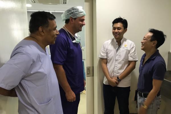 Dr. Breyer und Prof. Sunil Shah (links) sprechen mit Mitgliedern der Khmer Sight Foundation, rechts ist Prinz HRH Tesso Sisowath.