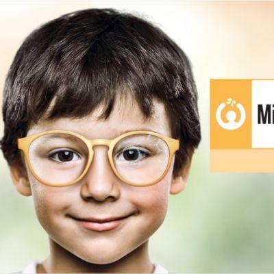 Foto von einem kleinen Jungen mit einer Brille, die ein spezielles Brillenglas für kurzsichtige Kinder hat: MiYOSMART (Hoya)