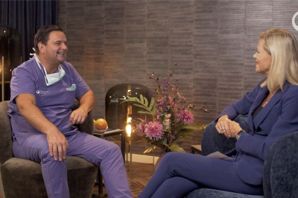 Nach dem Interview: Dr. Breyer und Nina Ruge lächeln.