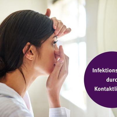 Junge Frau setzt sich vor dem Spiegel Kontaktlinsen ein. Text auf dem Bild: Infektionsgefahr durch Kontaktlinsen?