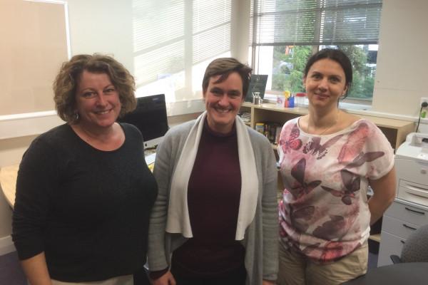 v.l.n.r.: Lisa Farquhar, Ellex Chief Global Marketing, Prof. Erica Fletcher und Roxana Fulga.
