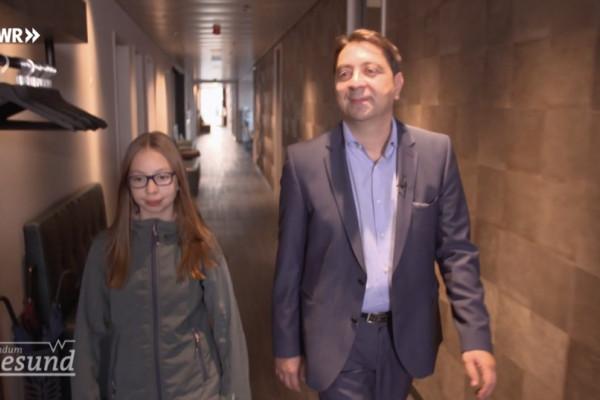 Dr. Hakan Kaymak mit seiner Tochter Leyla in seiner Praxis in Düsseldorf-Oberkassel.