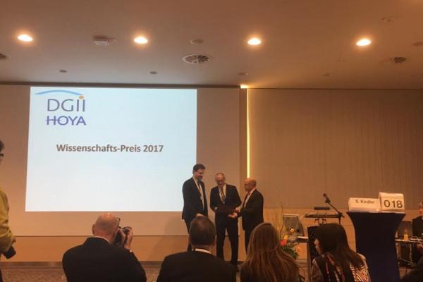Dr. Hagen erhält den Publikationspreis von Prof. Dick und Prof. Kohlhaas.