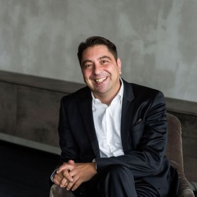 Dr. Kaymak in seiner Praxis