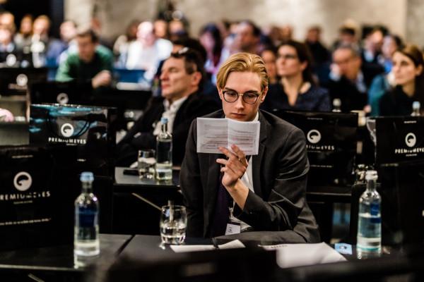 Timon Ax bereitet sich auf seinen Vortrag vor.