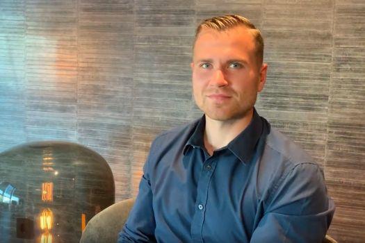 Teaserbild Berufspilot Max B. lässt seine Augen lasern