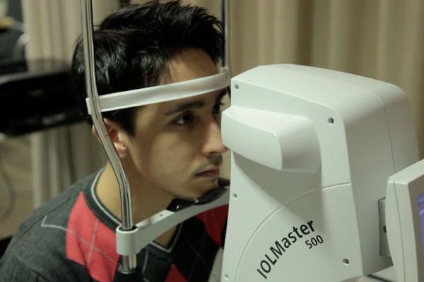 Teaserbild von [Vimeo] Patientenvideo zur Voruntersuchung vor dem ReLEx SMILE-Augenlasern