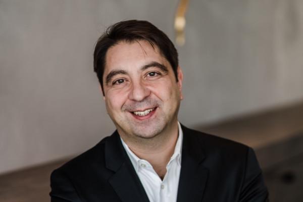 Portrait von Dr. Hakan Kaymak, Augenarzt und Augenchirurg für Makula, Glaskörper und Netzhaut.