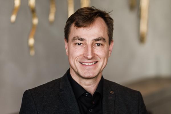 Dr. Hartmut Schwahn, Biologe und Patentanwalt – Leiter unserer Forschungseinrichtung I.I.O.
