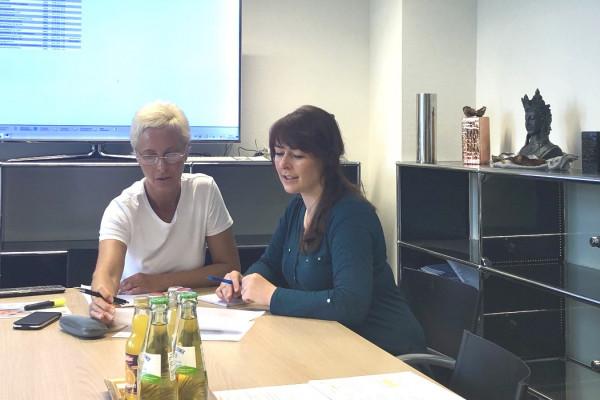 Frau Kubernus bespricht unseren Hygieneplan mit Frau Sitek von der Fa. Hygiene Management Solutions.