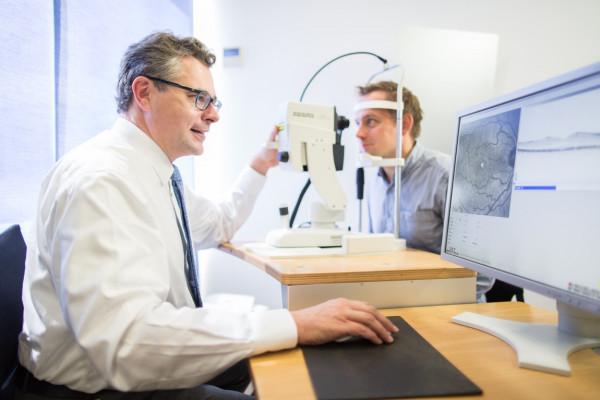 Hier sehen Sie Dr. Kristian Keitel bei einer OCT-Untersuchung des Patienten.
