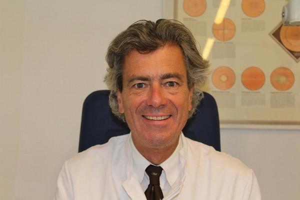 Dr. Michael Illert im Arztzimmer.