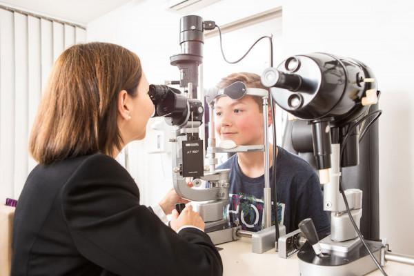 Augenärztin Dr. Christiane Kaymak untersucht einen Jungen.
