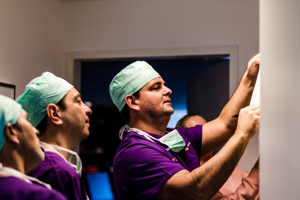 Dr. Kaymak, Dr. Klabe und Dr. Breyer schauen auf die Unterlagen eines Patienten.